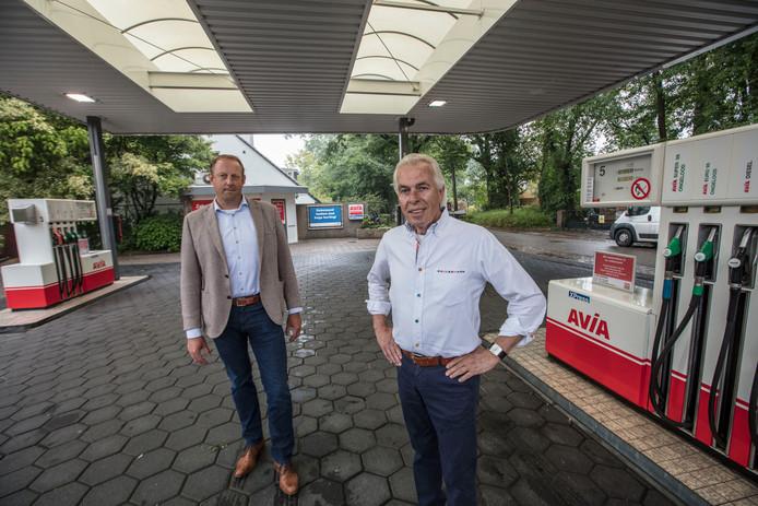 Johan van de Kerkhoff (rechts) bij zijn tankstation dat door Avia is overgenomen. Links Niels Kessels van Avia.