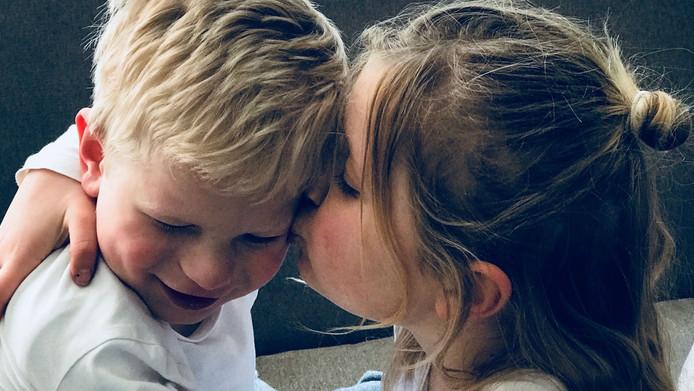 Sara en haar broertje Gijs.