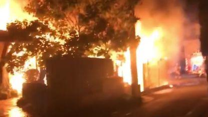 Vlammenzee in carport: drie woningen beschadigd na kortsluiting aan... branddetectiesysteem