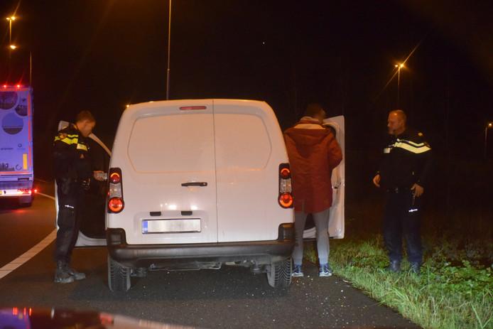 Het busje werd door de politie aan de kant van de weg gezet.