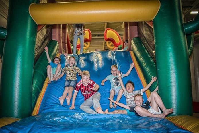 De vakantie is nog niet begonnen, maar kinderen weten de weg naar het gisteren geopende pop-up pretpark bij Omnium al te vinden.