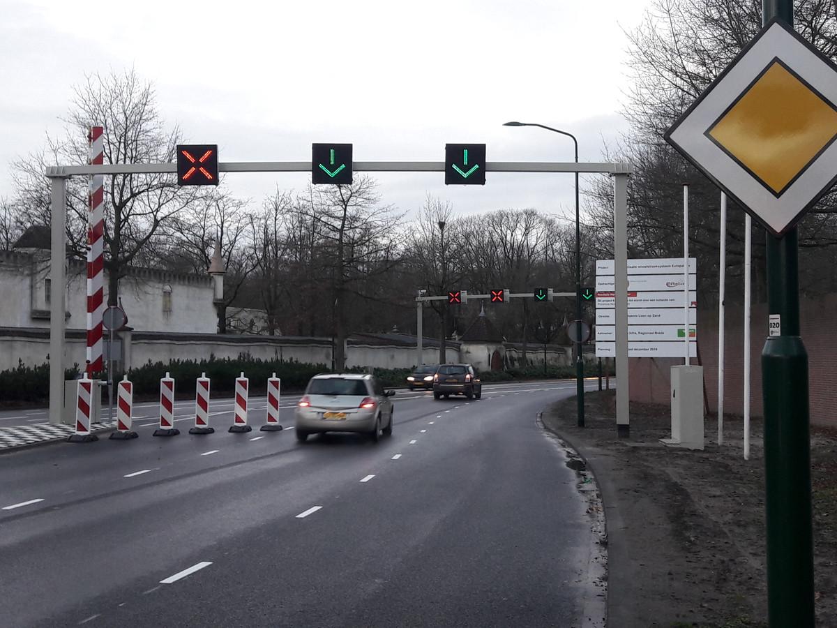 Om te voorkomen dat het verkeer richting de Efteling op de verkeerde weghelft terecht komt, zijn er voorlopig rood witte paaltjes geplaatst.