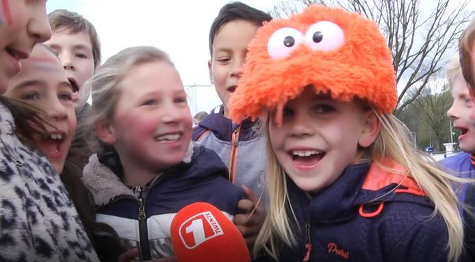 Jeugd van de Alfonsusschool in Enschede sport tijdens de Koningsspelen 2019 op de velden van Vogido