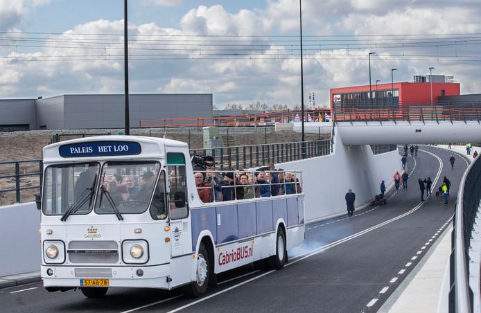 Een bus met genodigden opent de spoortunnel Voorpoort in Veenendaal.