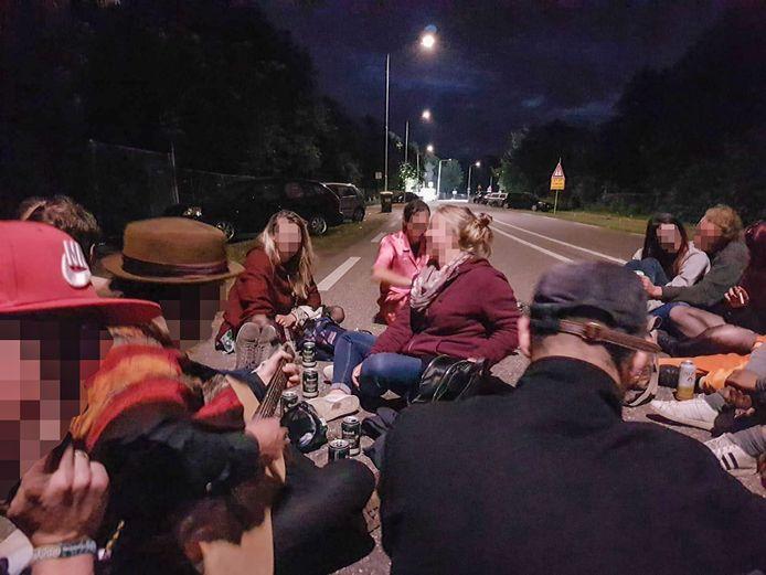 Het groepje Pinkpop-bezoekers houdt een spontane afterparty op de Mensheggerweg in Mandgraaf, bij de ingang van Camping B. Niet veel later schept Heerlenaar Danny S. de festivalgangers hier.