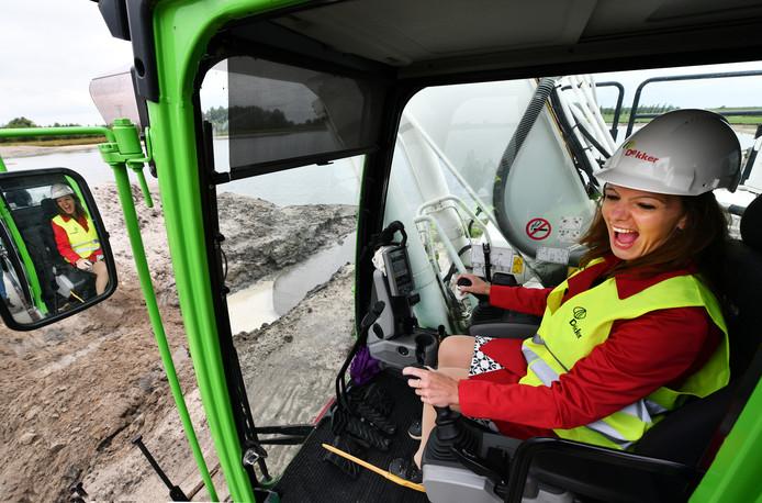 Een enthousiaste wethouder Hilde de Groot (GroenLinks) stortte vorig jaar het eerste zand voor de dam bij de Honswijkerplas in Tull en 't Waal.