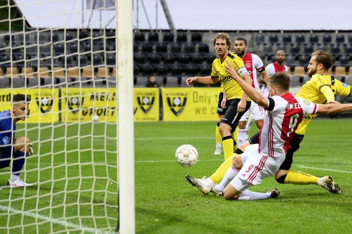 Arjan Swinkels kijkt toe hoe Klaas-Jan Huntelaar de 0-11 maakt.