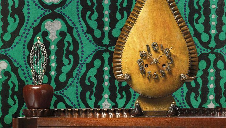 Klok en dressoir van Michiel de Klerk, behang ontworpen door Lambertus Zwiers Beeld Erik & Petra Hesmerg