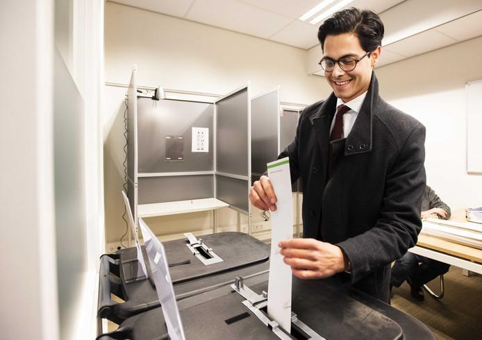 Fractievoorzitter Rob Jetten van D66 brengt zijn stem uit voor de Provinciale Statenverkiezingen en het Waterschap.