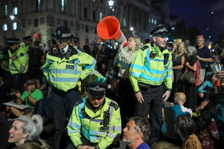 De politie probeert woensdagavond een eind te maken aan een anti-Brexit-protest bij het parlementsgebouw in Londen. Beeld AP