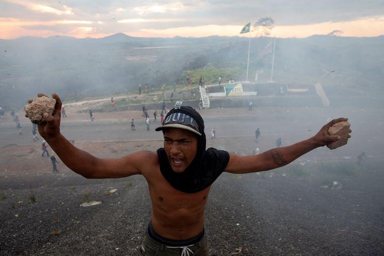 Bij verschillende grensplaatsen in Venezuela braken de afgelopen dagen rellen uit - hier bij  de grens met Brazilë.  Beeld EPA