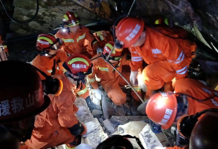 Reddingswerkers zoeken in het puin naar overlevenden. Beeld AFP