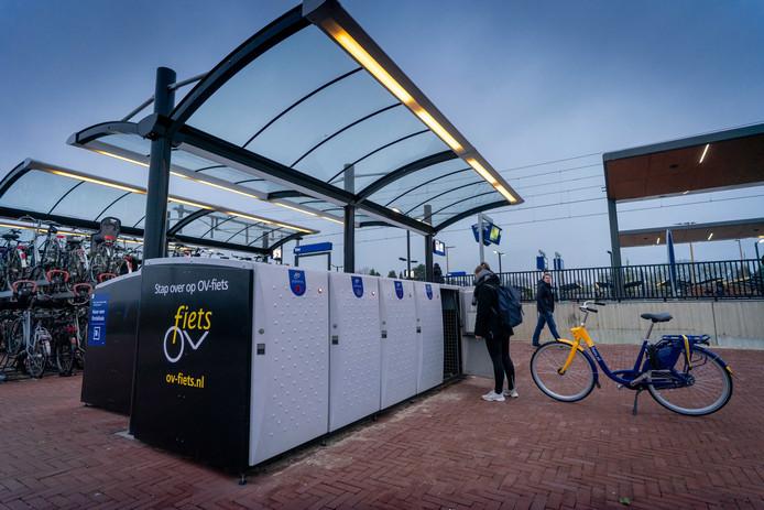 Ov-fiets van de Nederlandse Spoorwegen op station Elst.