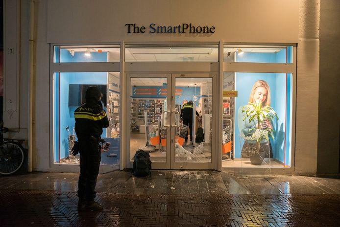 De schade aan de winkel is fors na de inbraak. De inbreker kwam via een gat in de glazen deur binnen.