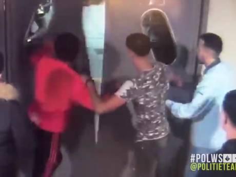 Politie deelt beelden van groep die agenten belaagt en beledigt in Breda