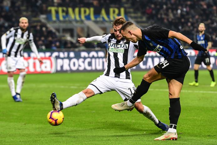Hidde ter Avest probeert een inzet van Internazionale-speler en Kroatisch WK-finalist Ivan Perišić te blokken.