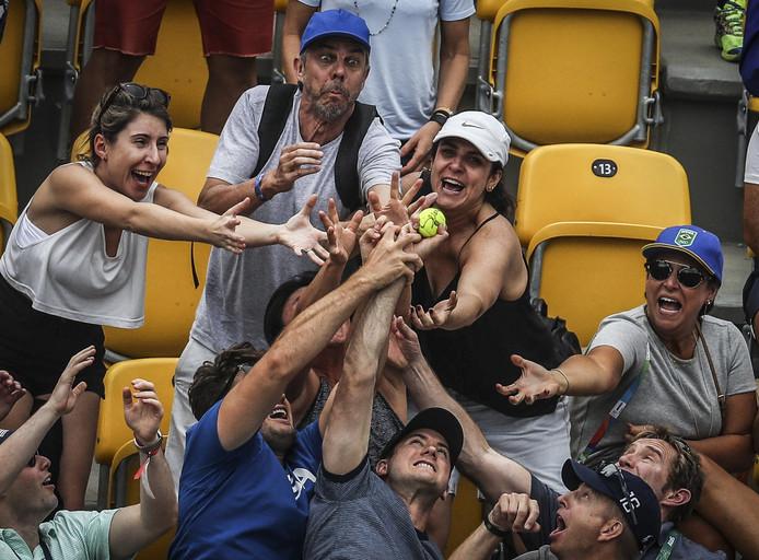 Die bal is voor mij! Toeschouwers 'vechten' in Rio om een tennisbal bij het olympische duel tussen de Amerikaanse Serena Williams en de Australische Daria Gavrilova.