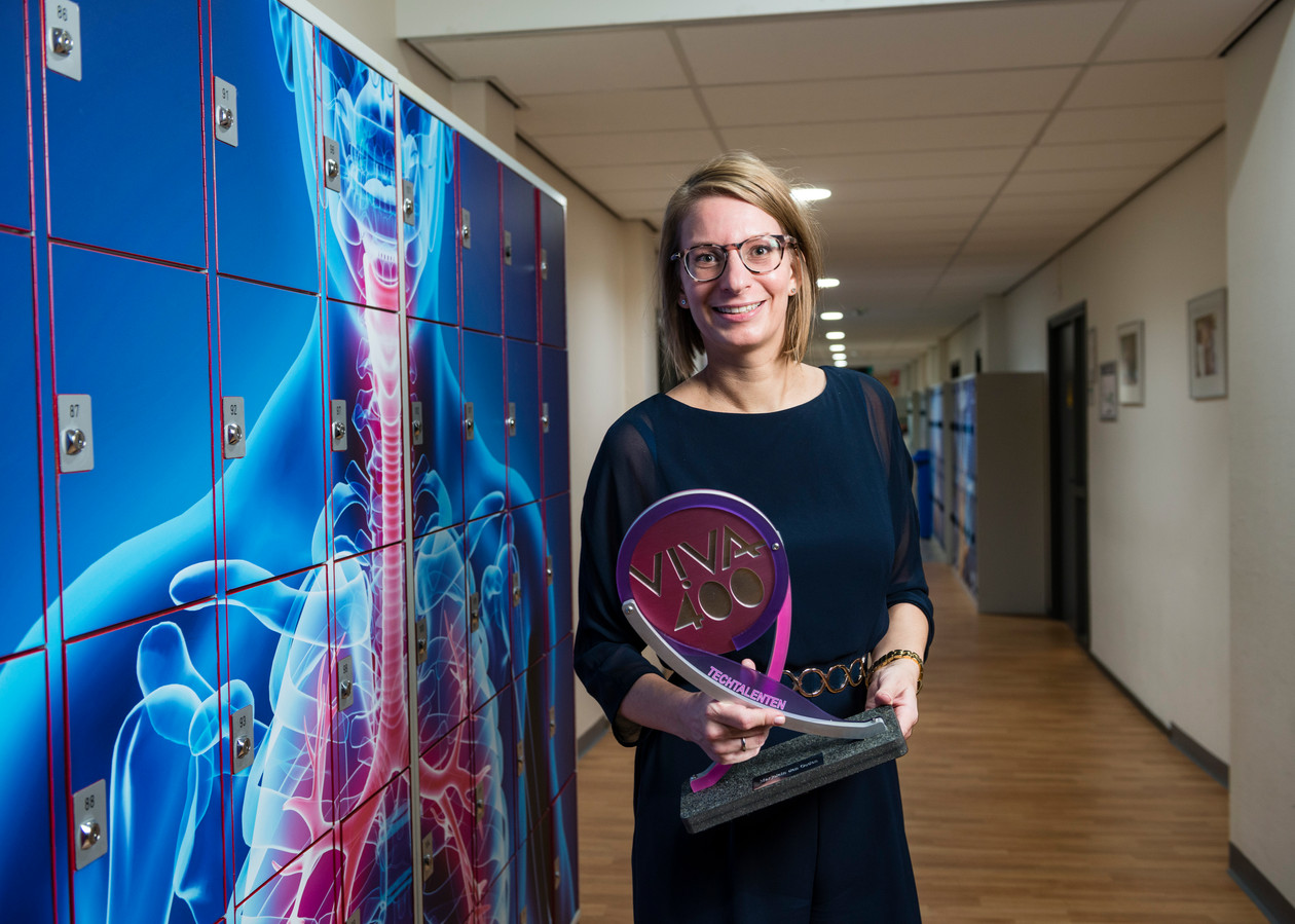 Saxion-lector Marjolein den Ouden met haar VIVA400-award, die ze won in de categorie Techtalenten.