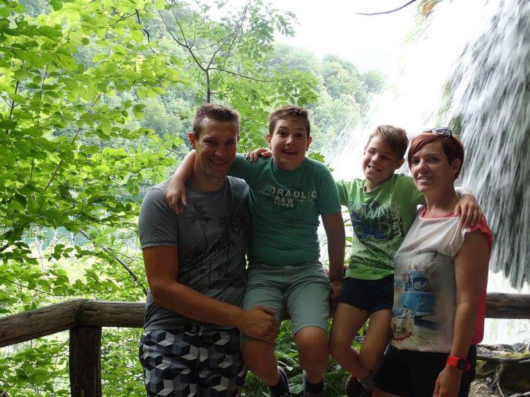 Het gezin van Lynsey en Iwan op vakantie. In Kroatië verloor Lynsey haar trouwring (inzet).