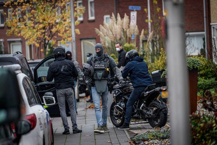 Een arrestatieteam van de Dienst Speciale Interventies arresteert de 44-jarige Rijssenaar Mohammed die verdacht wordt van betrokkenheid bij terrorisme.