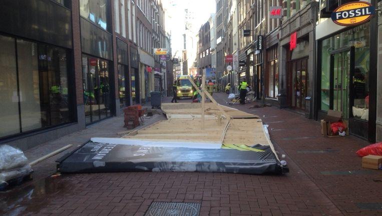 De omgevallen steiger in de Kalverstraat. Beeld Het Parool