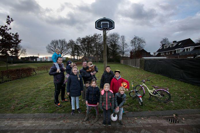 Ouders en kinderen op het speelveldje in de Nuenense wijk Eeneind (foto uit 2017).