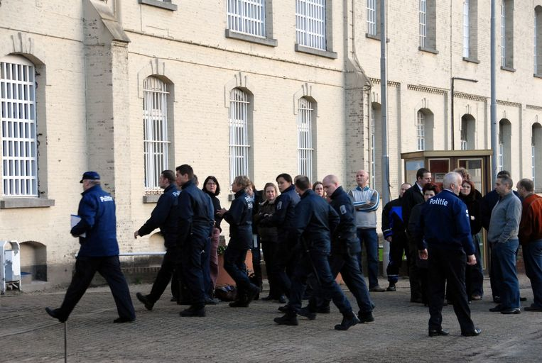 Politie-inspecteurs gaan tijdens een cipiersstaking de gevangenis van Merksplas binnen. (archiefbeeld)