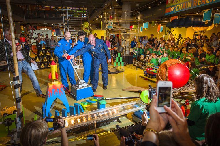 De populaire kettingreactie in wetenschapsmuseum Nemo, hier opgestart door astronaut André Kuipers, kan tot nader order niet meer plaatsvinden omdat bezoekers dan al snel te dicht bij elkaar zouden gaan staan. Beeld ANP