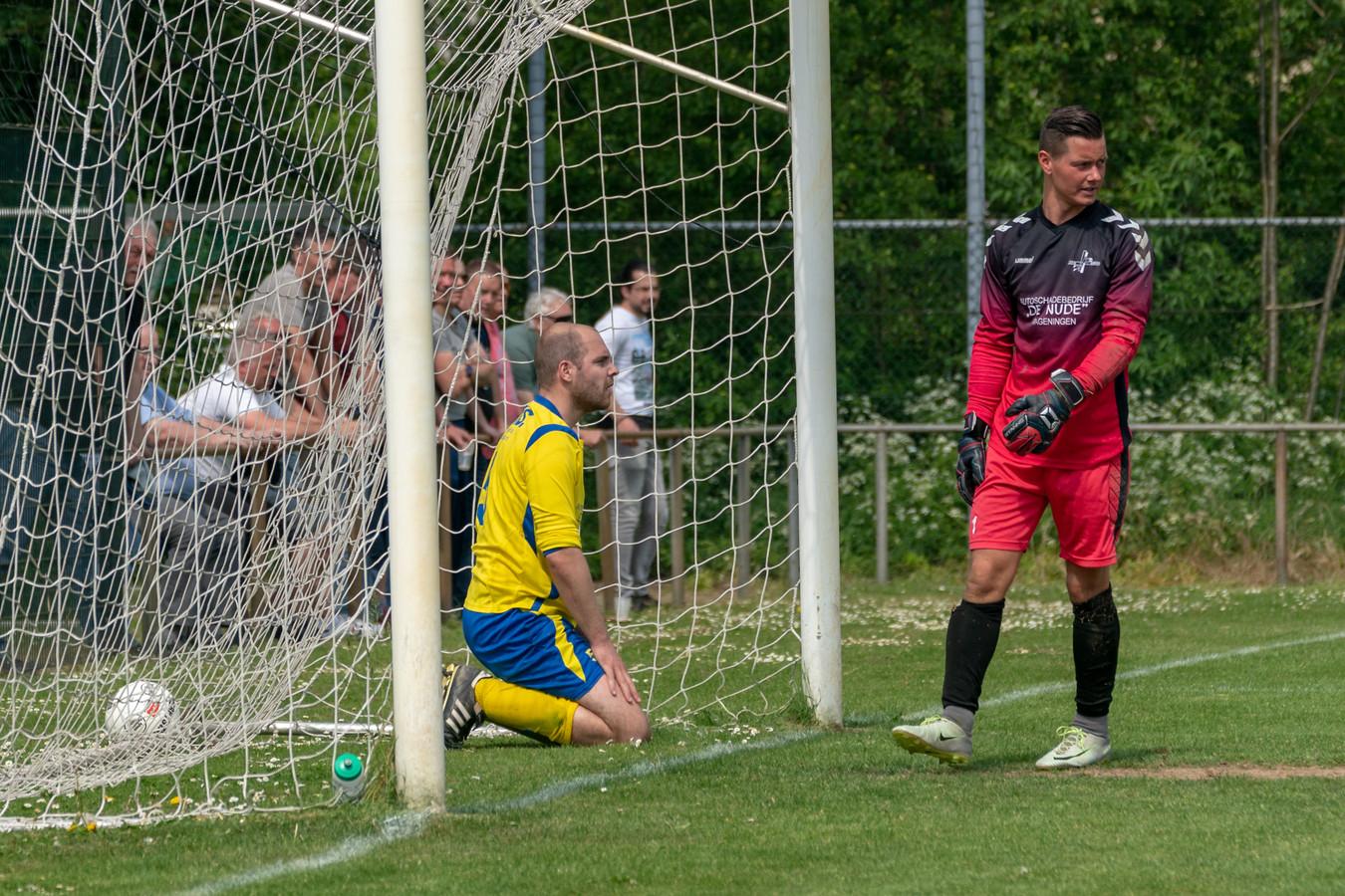 Treurnis bij Robert van Welie en toenmalig doelman Tom Jansen van EMM na de zoveelste tegentreffer in het duel met Excelsior Zetten.