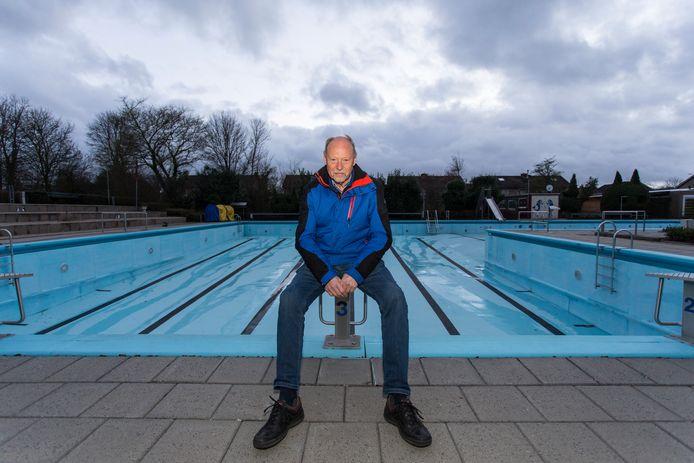 Zwembadvoorzitter Jaap van de Vosse bij het Burgemeester Kruijffbad, dat deze zomer leeg blijft. ,,Wij kunnen niet draaien in een anderhalvemetermaatschappij.''
