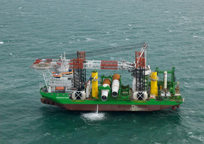 Jackup schip Innovation van DEME aan het werk met plaatsen van monopiles in het toekomstig windpark Borssele 1-2