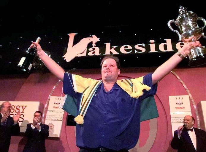 Toen de Lakeside nog hét nummer 1-dartstoernooi was: Raymond van Barneveld viert zijn overwinning in 1999. Twintig jaar later wordt het evenement in Nederland nog maar nauwelijks gevolgd.