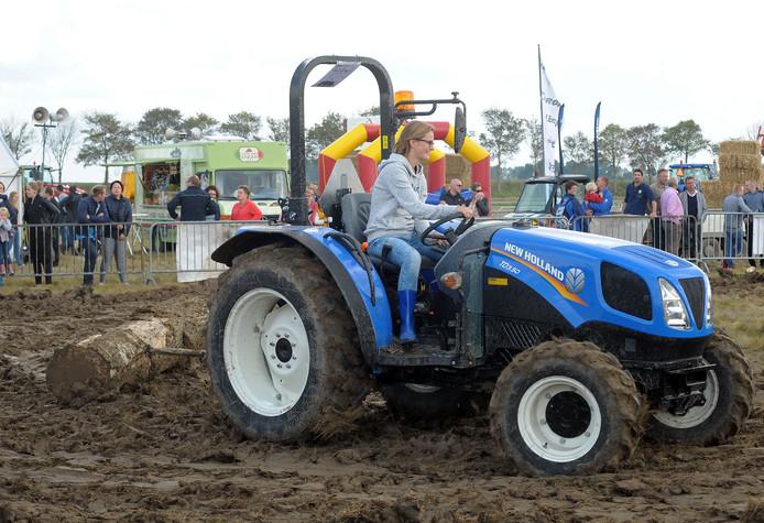 Farmers Got Talent in 2017.  Tianda op de trekker bezig met het slepen van een boomstam.