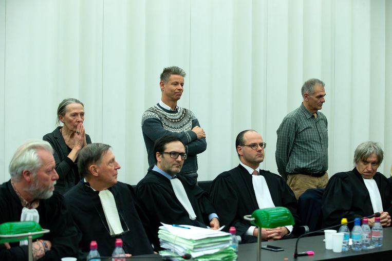 Artsen Godelieve Thienpont, Frank De Greef en Joris Van Hove terwijl ze naar het arrest luisteren.
