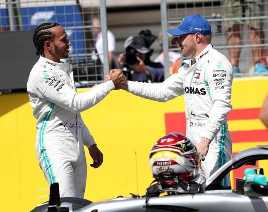 Mercedes-coureurs Hamilton (l) en Bottas.