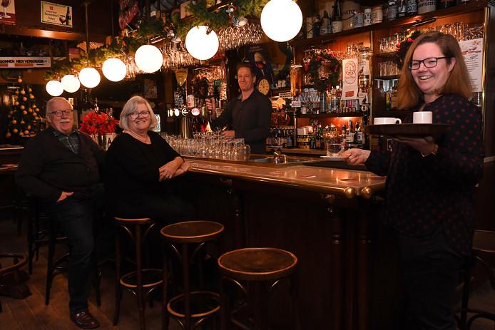 Twee generaties Smits aan de toog van hun café Kansas in Cuijk: vader Pieter, moeder Lia, schoonzoon Bram en dochter Marleen (v.l.n.r.).