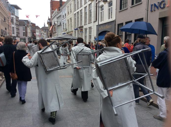 De voorstelling Kori Kori trok vanaf de Parade door de Kerkstraat de Markt over, waar het theater met livemuziek de bezoekers inpakte.