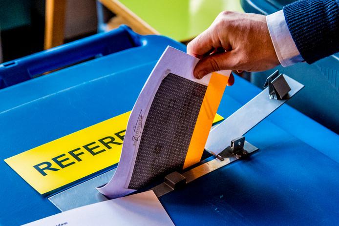 Kiezers brengen hun stem uit voor het raadgevend referendum in de Rotterdamse Katendrecht in het Walhalla theater.