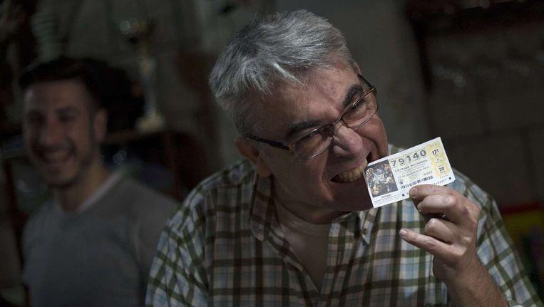 Een eigenaar van een bar in Malaga is dolgelukkig met zijn prijs. Beeld null