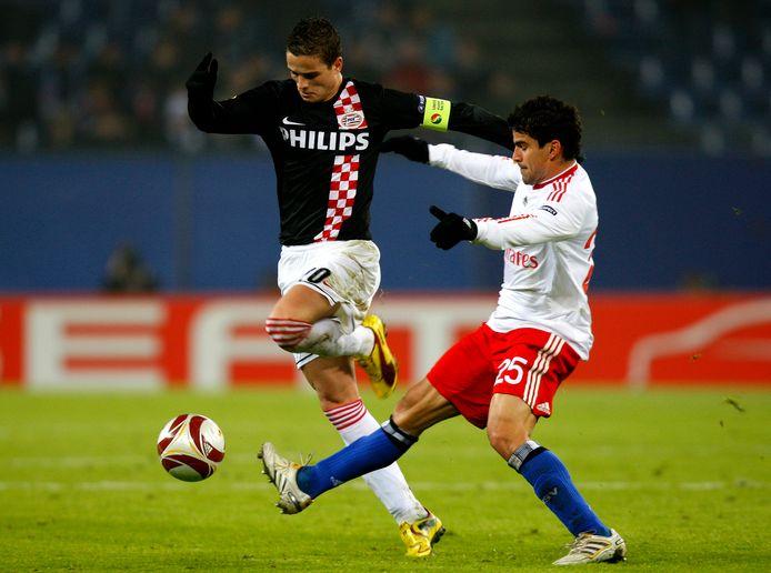 Ibrahim Afellay namens PSV in duel met Tomas Rincon van HSV, op 18 februari 2010.