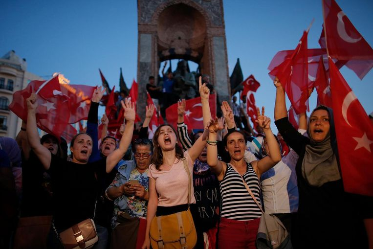 Aanhangers van de regering-Erdogan betogen in Istanbul. Beeld ap