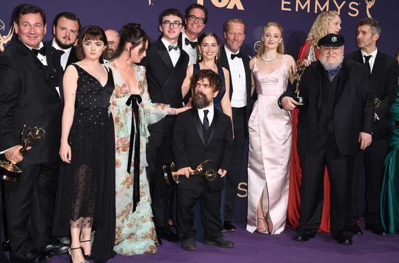 De cast van 'Game of Thrones' samen met George R. R. Martin (tweede van rechts), de bedenker van de boekenreeks waarop de serie gebaseerd is.