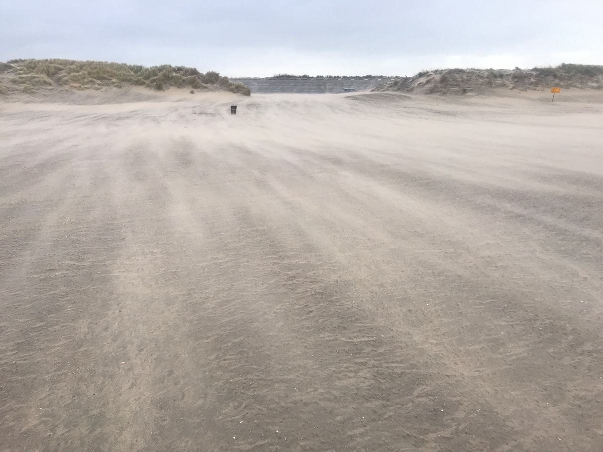 Bezoekers van de Brouwersdam worden dinsdag gezandstraald.