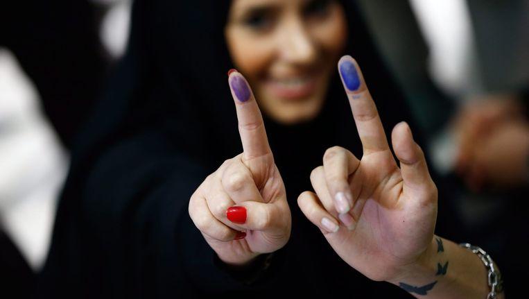 Iraanse vrouwen laten hun vinger met inkt zien, het bewijs dat ze hebben gestemd. Beeld null