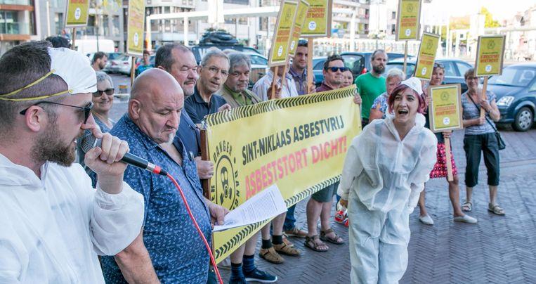 Protest voor aanvang aan het stadhuis, met het actiecomité Asbeststortplaats Dicht en PVDA, ondersteund door rapper Tom De Rocker.