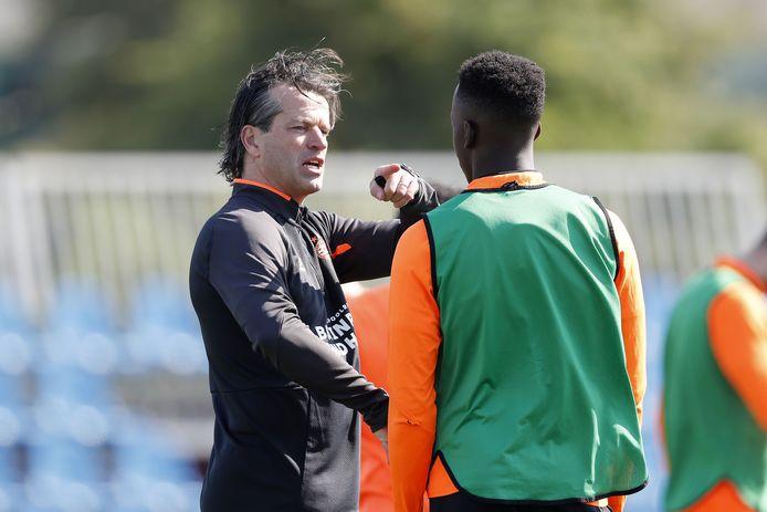 PSV-trainer Ernest Faber in gesprek met Noni Madueke.