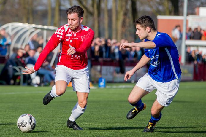 Alverna (rood shirt) en Woezik beginnen dit seizoen met een thuiswedstrijd.