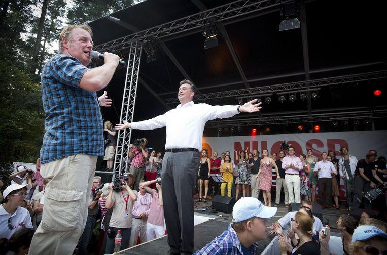 Tijdens de officiële start van een campagne in 2012 zingt leider Emile Roemer samen met zanger Bob Fosko (L) het SP-campagnelied Beeld null