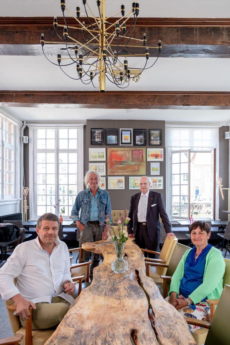 Uitbaters Inge Raats en Bjorn Corthoudt(vooraan) met kunstenaar Marc Boon (achteraan links) en Jos d'Haens in café De Zimmer.