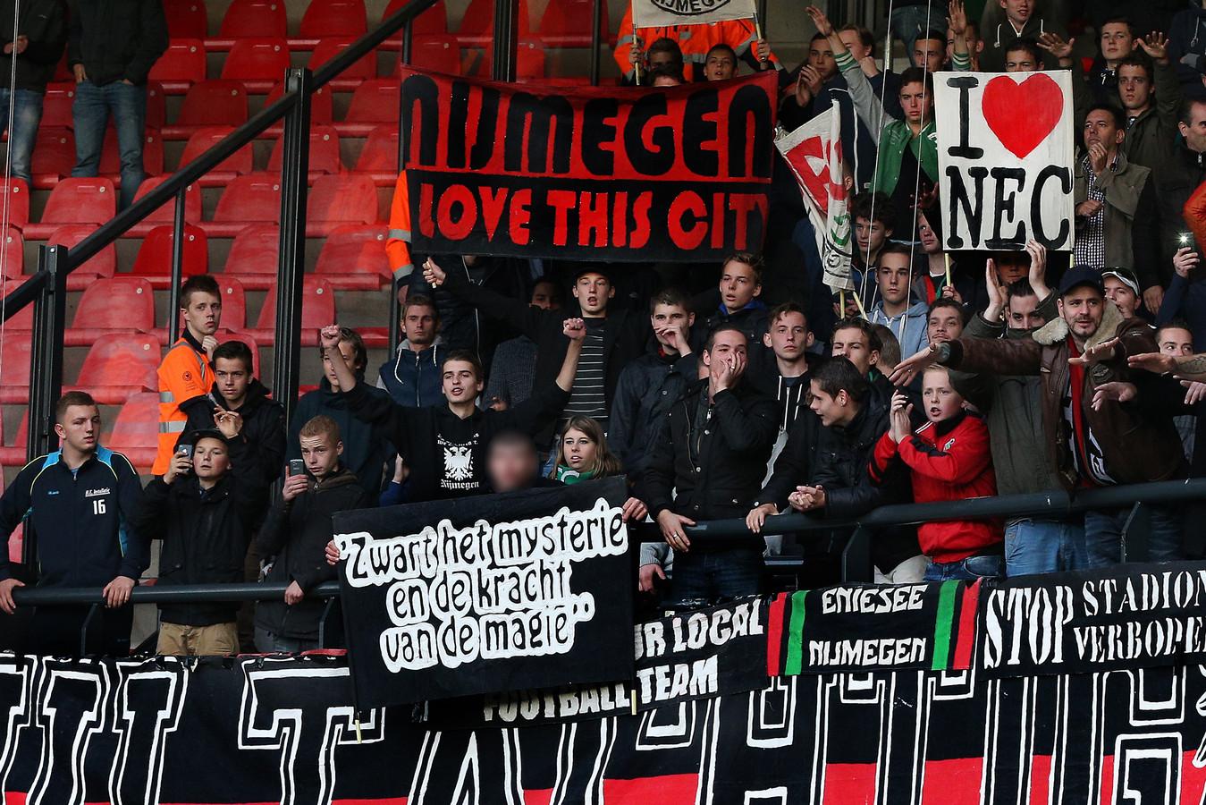 NEC-supporters op 9 november 2014 met het nu omstreden spandoek.
